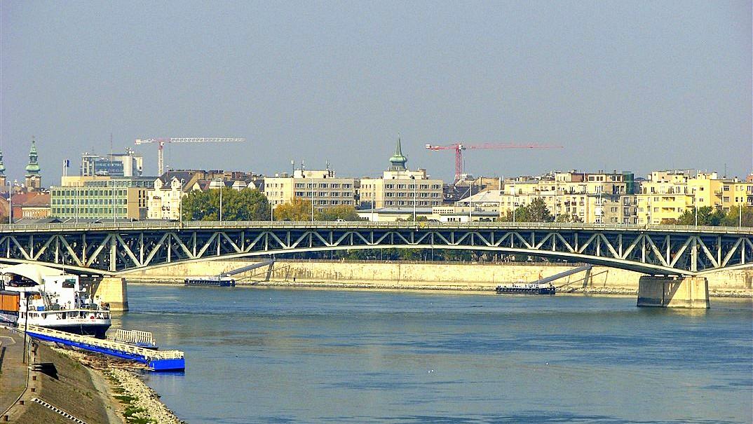 Petofi Brücke über die Donau